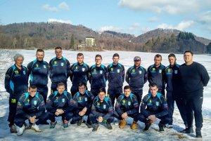 Futbalisti Lapáša. V pozadí zamrznuté jazero Počúvadlo.