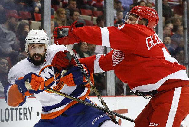 Luke Glendening (vpravo) z Detroitu napáda Nicka Leddyho z New Yorku Islanders.