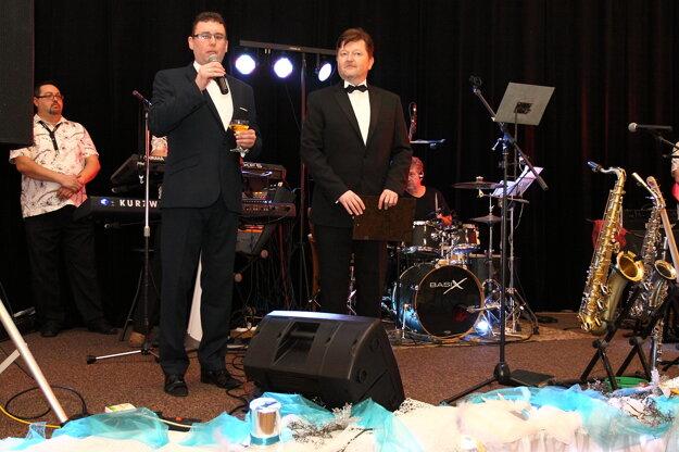 Herec Peter Sklár (vpravo) spolu so starostom obce Antonom Varechom.