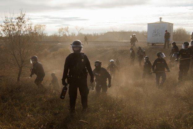 Polícia vyháňa demonštrantov z tábora.