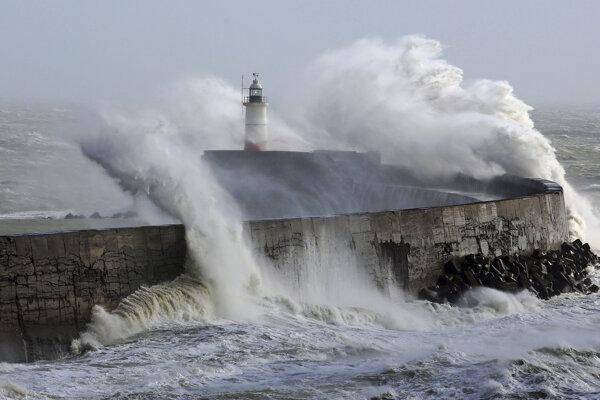 Silné vlny bičujú pobrežie Južného Sussexu.