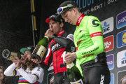 Trojica najlepších na stupňoch víťazov - vľavo druhý Peter Sagan, víťaz Greg van Avermaet a tretí Sep Vanmarcke.