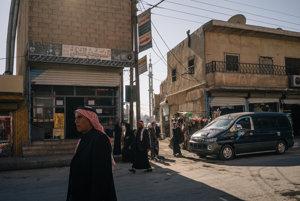 Miestni Arabi kráčajú po uliciach Tel Abjád, ktorý je súčasťou gubernie Rakka. Rakka bola kedysi hlavnou obilnicou Sýrie, dnes je vojnou zónou.