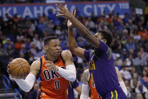 Russell Westbrook (vľavo) žiaril aj v zápase proti New Orleans.
