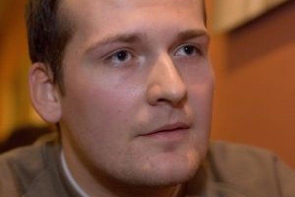 Narodil sa v roku 1983 v Bojniciach, aktuálne študuje v piatom ročníku Právnickej fakulty na Univerzite Komenského v Bratislave. Prispieva do viacerých médií - tlačených i webových (prave-spektrum.sk, t-station.sk, aktuality.sk, časopis .týždeň, katolícka