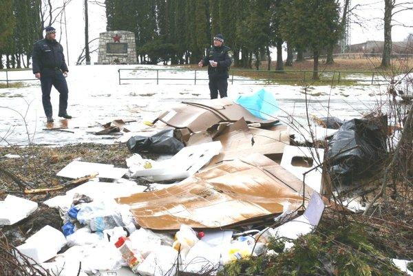 Mestská polícia o čiernej skládke na Bukovinách už vedela.