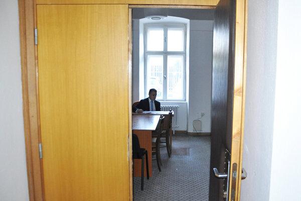 Dvere poslaneckej kancelárie sú stále otvorené.