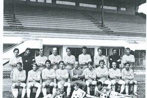 Z histórie. Mužstvo TJ Partizán Bardejov , pôsobiace vroku 1971/72 vII. čs. lige so svojím trénerom Jozefom Tarcalom.
