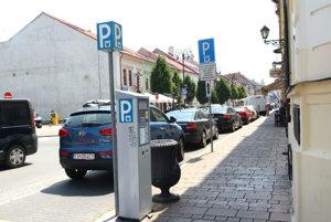 Parkovacie miesta. Podelí sa o zisk z nich EEI s mestom?