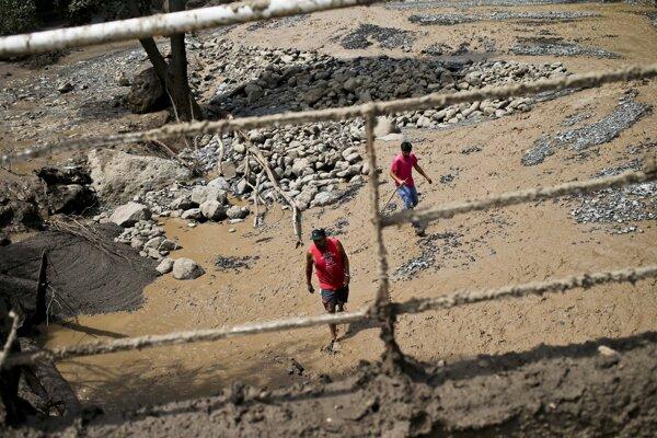 Vyše polovice obcí v širšej oblasti Santiaga zasiahli víkendové povodne.