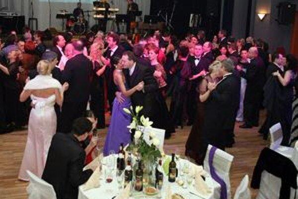 Ľudia si na prievidzskom plese zatancujú každý rok.
