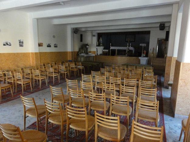 Oltár v popredí a pod ním stoličky pre veriacich. Takto dnes vyzerá interiér kultúrneho domu v Kostoľanoch pod Tribečom. Ešte pred časom tu pritom boli ťažké lavice z kostola aj s priečkou na kľačanie, tie však pre ich nepraktickosť vyhodili.