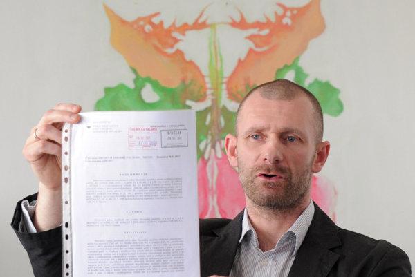 Riaditeľ zariadenia Čistý deň Peter Tománek drží potvrdenie akreditačnej komisie.