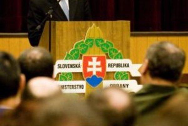 Príhovor ministra obrany Františka Kašického na slávnostnom zhromaždení. Na slávnostnom zhromaždení na Ministerstve obrany dnes odovzdával minister František Kašický medaily a náčelník generálneho štábu generál Ľubomír Bulík vojenské odznaky. Bratislava,