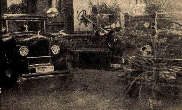 Výstava áut v hoteli Schalkház v roku 1930.