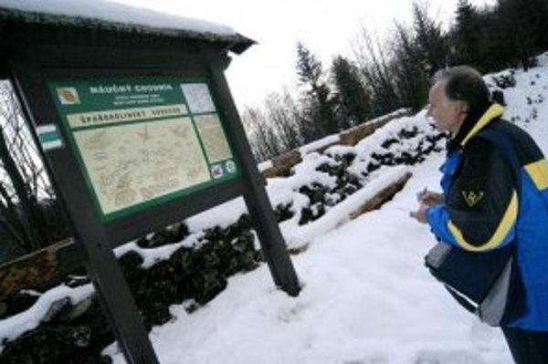 Návštevník si prezerá informačnú tabuľu v expozícii Špaňodolinského banského vodovodu v kopcoch nad obcou Staré Hory (okr. Banská Bystrica).