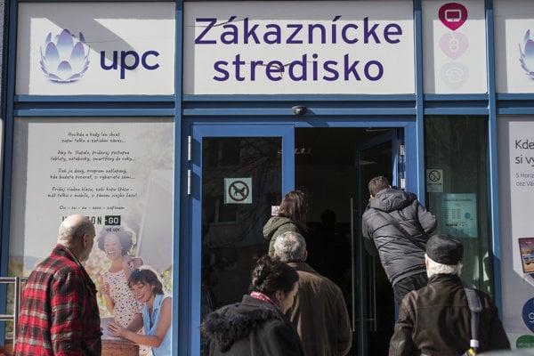 Takto to vyzeralo 2. marca pred zákazníckym centrom UPC v Bratislave.
