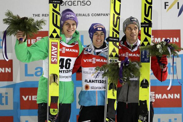 Uprostred rakúsky skokan na lyžiach Stefan Kraft, Andreas Wellinger (vľavo) a Piotr Zyla (vpravo).