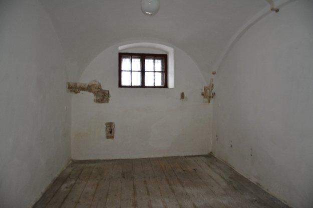Takto vyzerala väzenská cela na hrade Modrý Kameň.