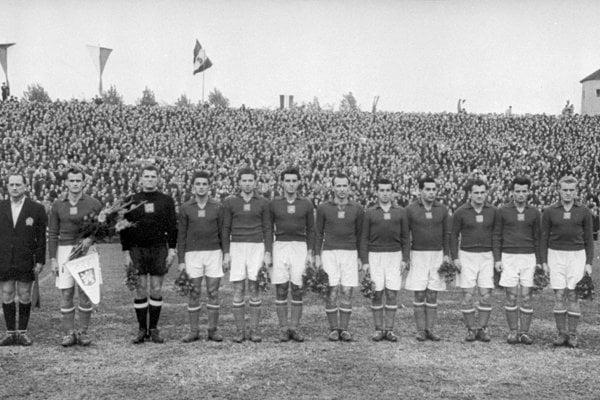 Michal Benedikovič (úplne vpravo) vdrese československej reprezentácie pred prípravným zápasom proti Maďarsku vBudapešti vroku 1952. Vľavo svlajkou je Michal Vičan, šiesty zľava je Viktor Tegelhoff, ďalší hráči Slovana.