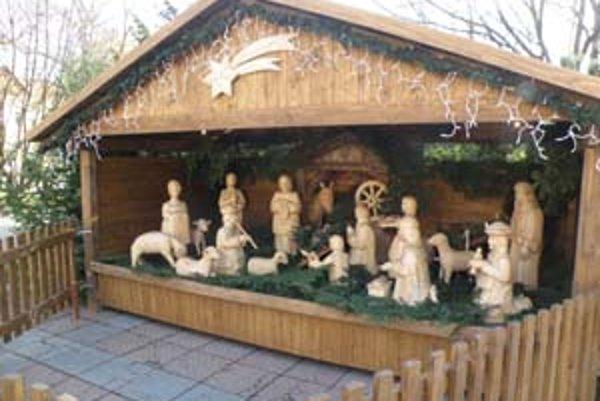 Na Námestí slobody v Prievidzi je drevený betlehem po štvrtý raz.