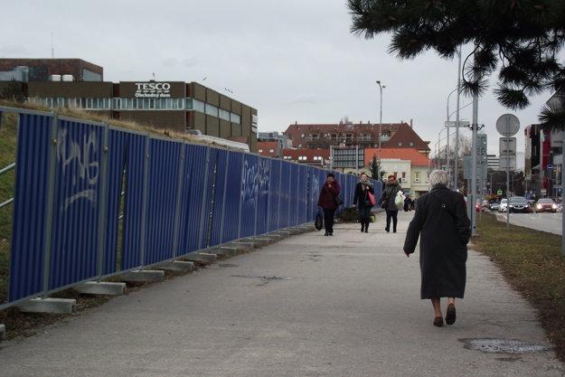 Chodník na Štúrovej ulici je už bez citylightov.