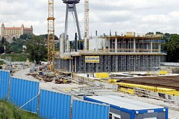Medzi kontroverzné stavby, ktorých výstavbu zväčša financujú súkromní developeri, patrí napríklad výšková budova na Šancovej ulici, Račianskom mýte, Mýtnej, Radlinského a Fazuľovej ulici či administratívna veža Aupark Tower (na snímke).