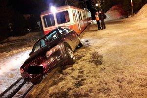 Audi zaparkované na trati zubačky.