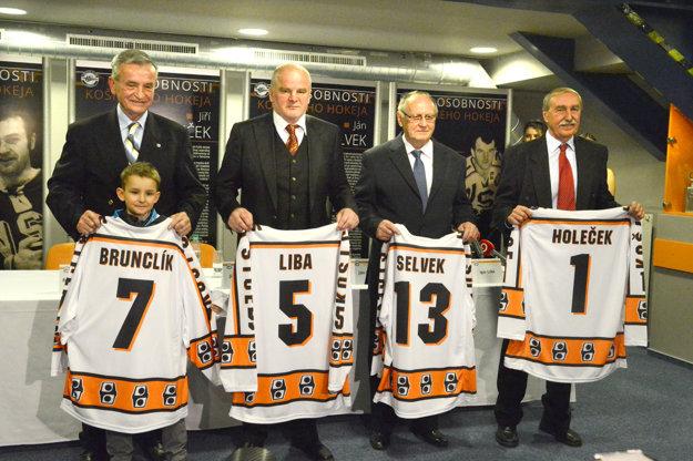 Štvorica košických legiend dostala na pamiatku dresy. Najdlhšiu cestu meral na ceremóniu až zPrahy Jiří Holeček (vpravo).