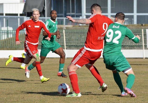 Vo Veľkom Mederi sa tešil Neded (0:1), jediný gól strelil Timotej Kráľovič (vľavo včervenom drese).