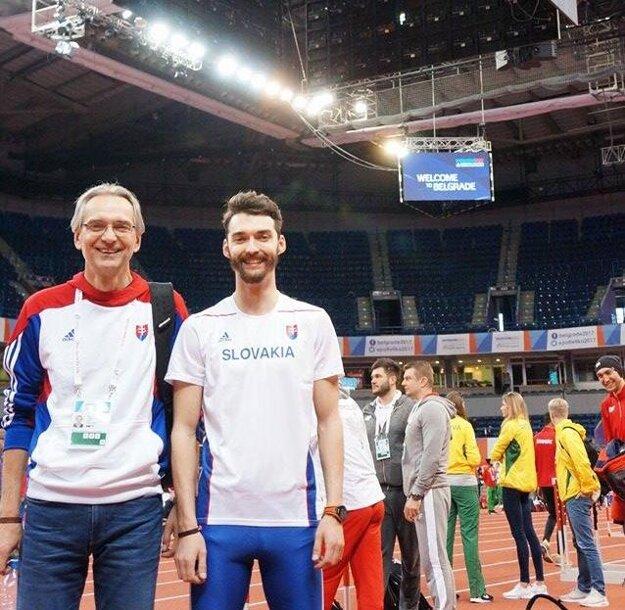 Duo Danáčovcov v záhrebskej aréne - vľavo otec Tibor (tréner), vedľa neho syn Denis (bežal na 400 m).