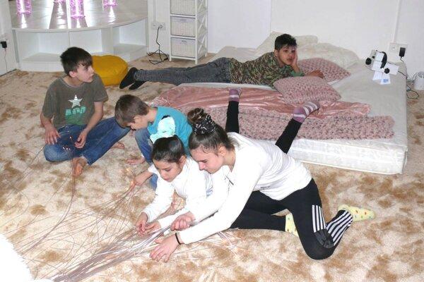 Deti si interiér izby na terapie hneď zamilovali.