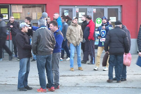 Diváci sa pred štadiónom dozvedeli, že zápas sa neuskutoční.