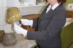 Iveta Géczyová, riaditeľka Hornonitrianskeho múzea, ukazuje čepiec – zlatohlav.