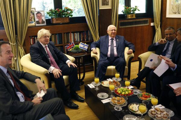 Britský minister zahraničia Boris Johnson na stretnutí s izraelským prezidentom Reuvenom Rivlinom.