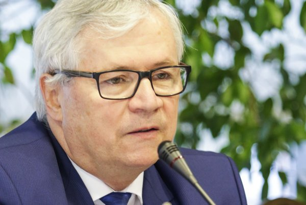 Juraj Sinay. Prezident Zväzu automobilového priemyslu SR predpokladá, žeby východniari zarobili vMitsubishi aspoň 1000 eur.