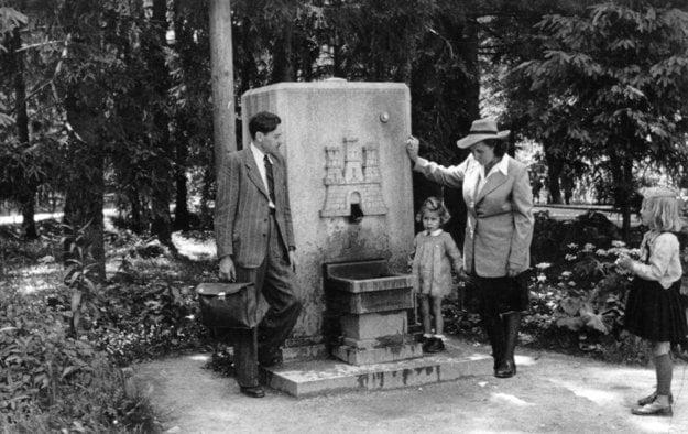 Rodina Strassnerovcov pri ešte fungujúcej Železnej studničke v roku 1943.