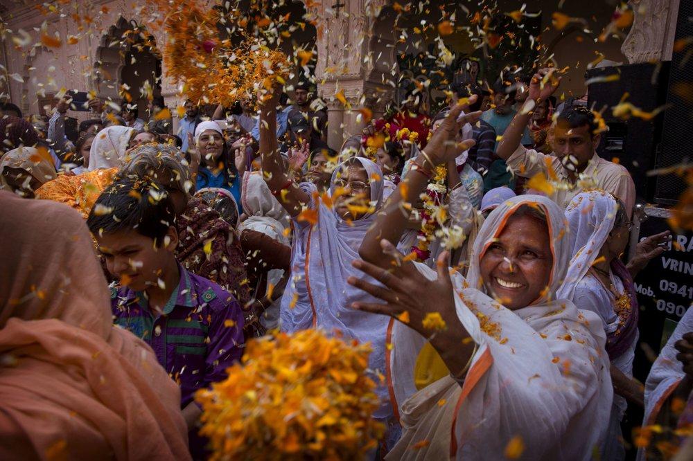 Vdovy na festivale farieb v Indii.