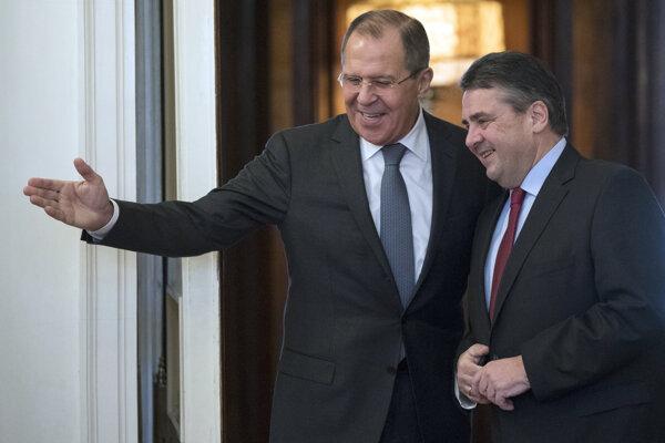 Ruský minister zahraničných vecí Sergej Lavrov (vľavo) a nemecký minister zahraničných vecí Sigmar Gabriel.