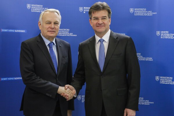 : Na snímke zľava francúzsky minister zahraničných vecí a medzinárodného rozvoja Jean-Marc Ayrault a minister zahraničných vecí a európskych záležitostí SR Miroslav Lajčák.