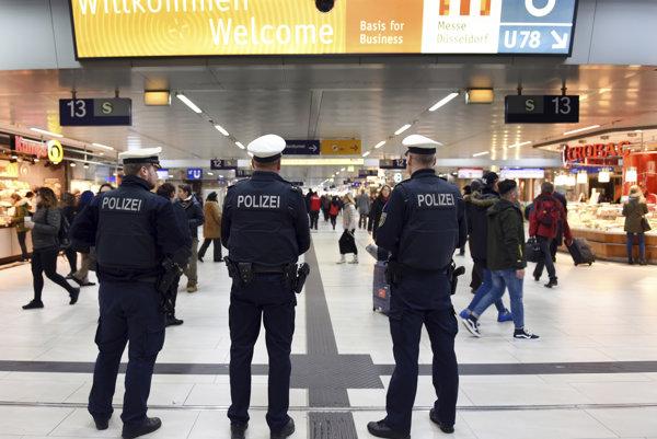 Policajti hliadkujú na stanici v Düsseldorfe.