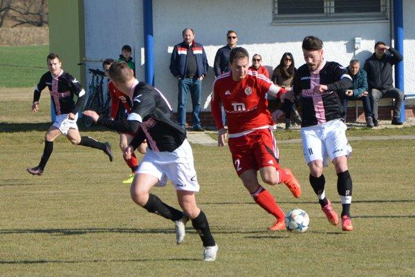 Úvodný gól jarnej časti Hrušovian strelil Michal Béger (s loptou).