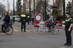 Policajti postavili zátarasy smerom k tureckému konzulátu v Rotterdame.