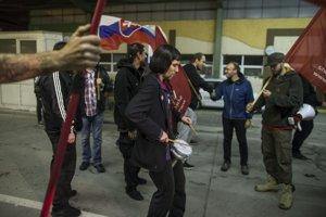 Americký konvoj, ktorý smeruje na cvičenie Severoatlantickej aliancie v Maďarsku, čakali na hraniciach desiatky aktivistov.