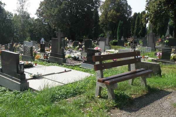 V Prievidzi na cintorínoch od začiatku marca prebieha jarné upratovanie.