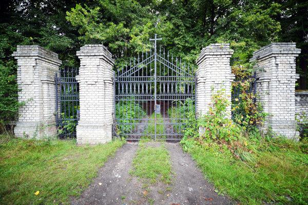 Brána do cintorína opradeného tajomstvami.