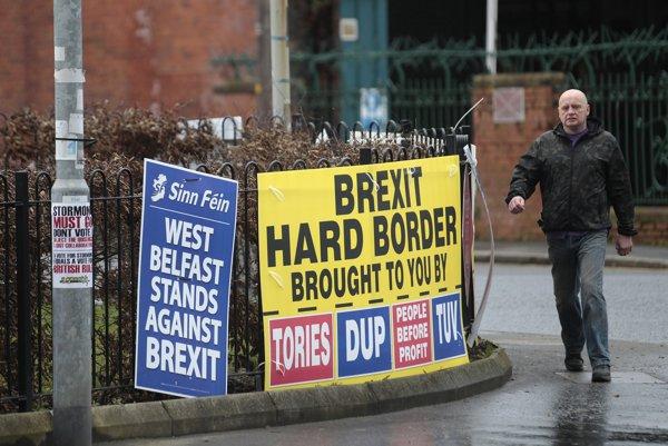 V Belfaste sa obávajú, že odchod bez dohody by mohol znamenať aj obnovenie pohraničných kontrol medzi Írskom a Severným Írskom.