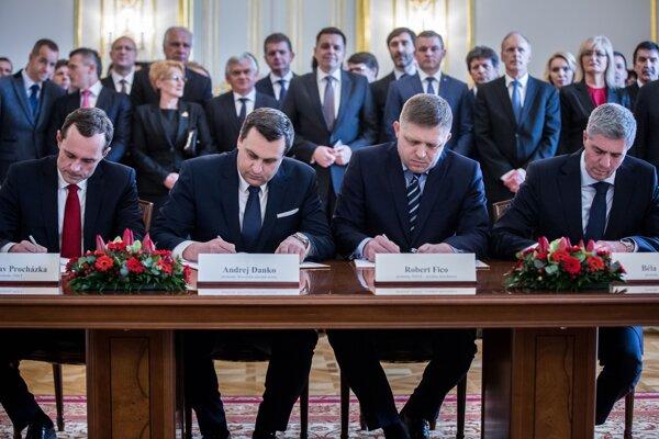 Pri podpise koaličnej dohody bol aj Radoslav Procházka zo Siete. Za rok od vzniku vlády strana zanikla a zo štvorkoalície sa stala trojkoalícia.