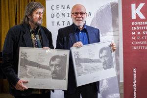 Držitelia Ceny Dominika Tatarku za rok 2016 - zľava novinár Alexander Balogh a básnik, textár a prekladateľ Ján Štrasser.