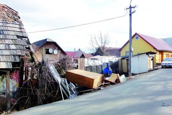 Pred domom je znova odpad, zúfalí susedia hovoria aj opremnožených potkanoch.